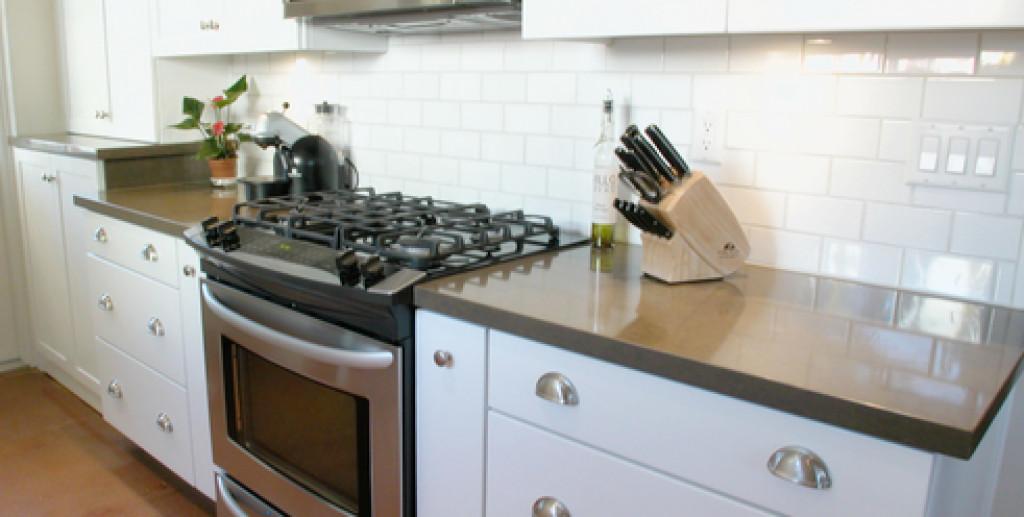 simpelt køkken med udstyr