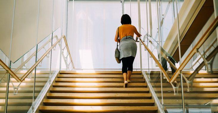 kvinde på trapper