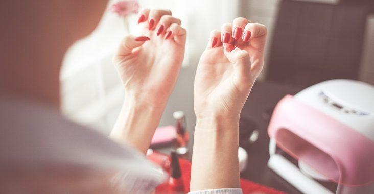 Kvinde med nylakerede negle