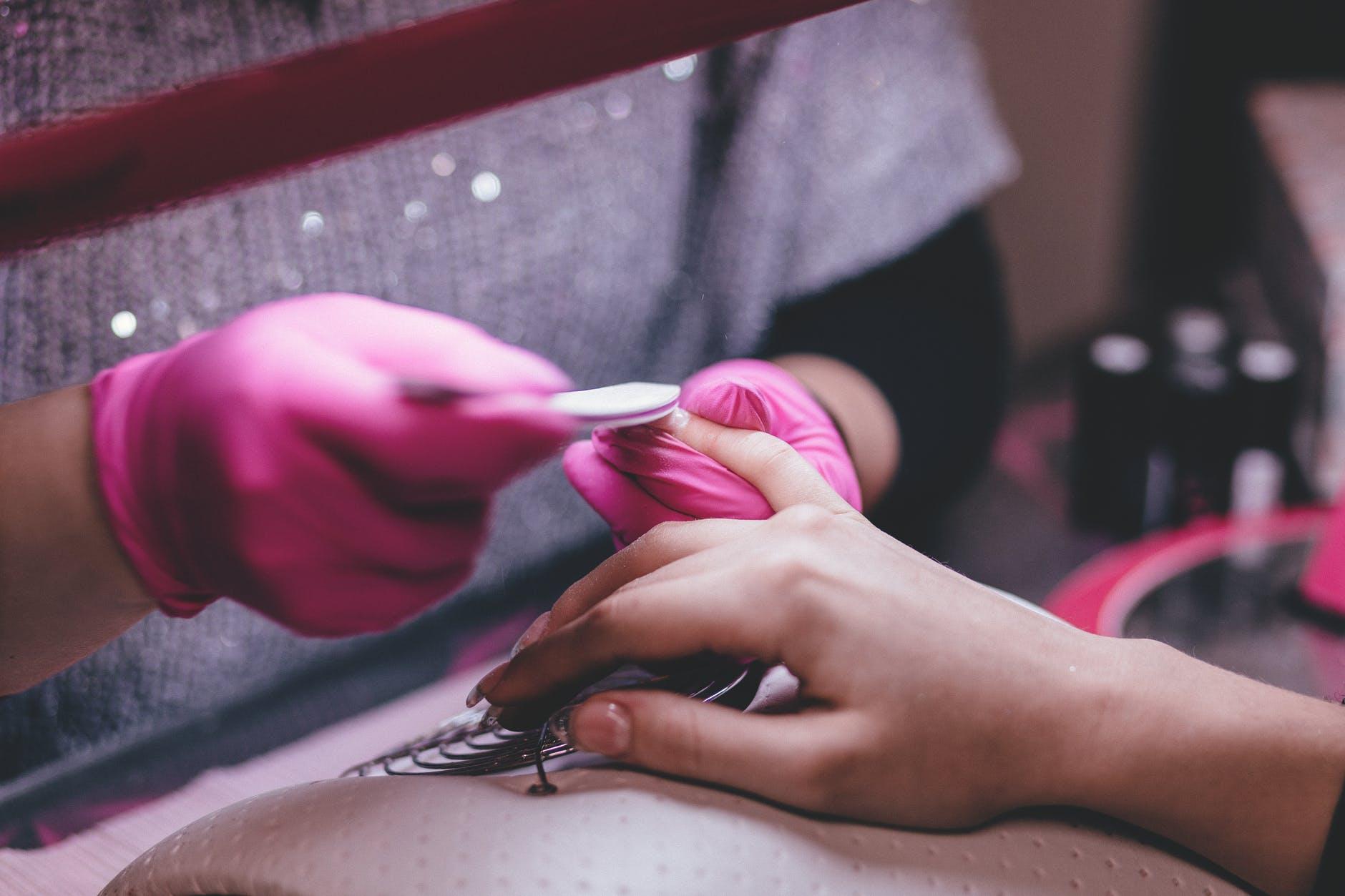 Kvinde, der får lavet en manicure